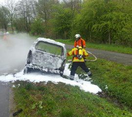 Minivan brannte in Holtorfsloh vollständig aus – Feuerwehren löschten Fahrzeug