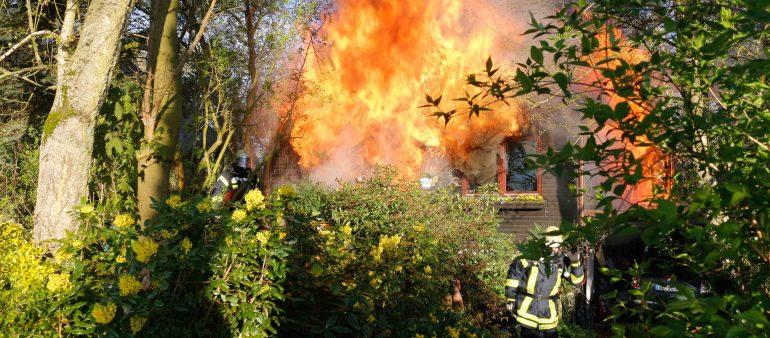Wohnhaus brennt in Hunden nieder – Leblose Person durch Feuerwehr geborgen