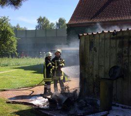 Schuppenbrand in Ashausen – Feuerwehren löschen Feuer