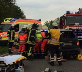 Drei Schwerverletzte bei schwerem Verkehrsunfall in Ashausen – Feuerwehren befreien eingeklemmte Fahrerin