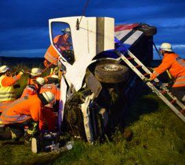 Schwerer Verkehrsunfall auf der A7 – Fahrer schwer verletzt durch Feuerwehr befreit