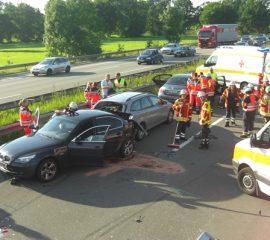 Elf Verletzte und sechs teils zerstörte Fahrzeuge bei Verkehrsunfall auf der A 1 bei Maschen – Feuerwehr half