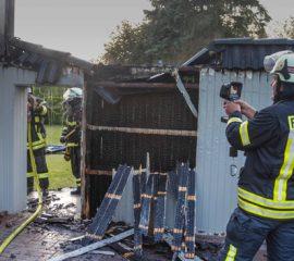 Feuer in Tespe – Sichtschutzwand gerät in Brand