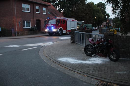 Ein Schwerverletzter bei Motorradunfall in Stelle – Motorrad kollidiert nach Sturz mit PKW