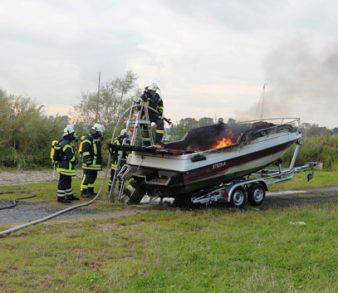 19.09.17 : Sportboot brennt im Marschachter Hafen aus