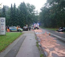 28.09.17 : Verkehrsunfall in Maschen erfordert Feuerwehreinsatz – großen Mengen ausgelaufene Betriebsstoffe abgestreut