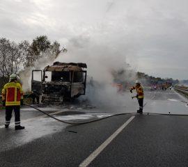 LKW Brand auf der Autobahn A 7 beschäftigt zwei Feuerwehren – Vollsperrung der Autobahn verursacht kilometerlangen Rückstau