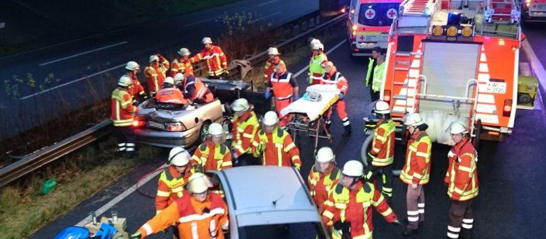 Feuerwehr Maschen rettet Autofahrer nach Verkehrsunfall aus PKW – LKW und PKW kollidierten auf der A 39