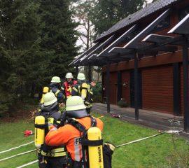 02.12.17 : Brennender Adventskranz löst Großeinsatz von Feuerwehren und Rettungsdienst in Stelle aus