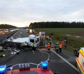04.12.17 : Schwerer Verkerhsunfall auf der A 1 bei Rade : LKW und zwei PKW kollidierten – drei Verletzte, Feuerwehr muss eingeklemmten Fahrer befreien