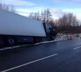 09.12.17 : 40Tonner in den Graben gelenkt – Feuerwehr leistete Hilfe bei Verkehrsunfall in Neu Wulmstorf