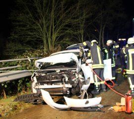 17.12.17 : Drei teils Schwerverletzte bei schwerem Verkehrsunfall in Stelle _ PKW kollidierte mit Traktor
