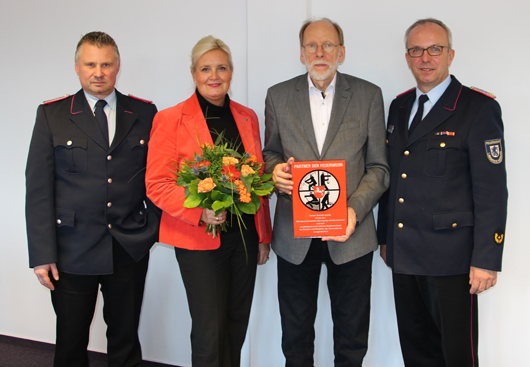 """15.12.17 : Vorbild für Seevetal – Tischlerei Gerhard Abel mit der Förderplakette """"Partner der Feuerwehr"""" ausgezeichnet"""
