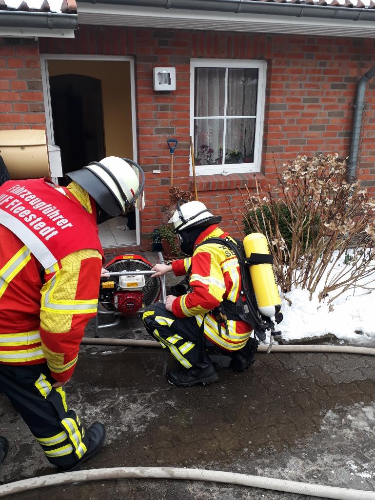 04.03.18 :Brennende Mikrowelle verursacht starke Verrauchung – Feuerwehr Fleestedt kann Schaden in einem Mittelreihenhaus begrenzen