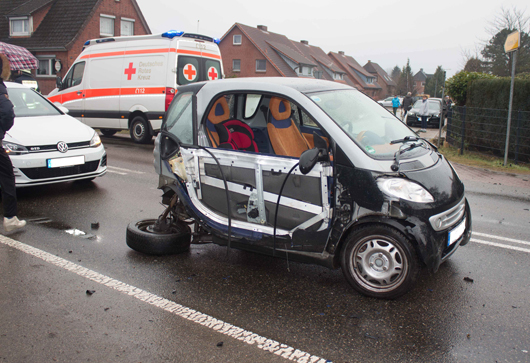 08.03.18 : Smart kommt von Straße ab – Mutter und Kind leichtverletzt