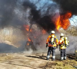 19.03.18 : Baufahrzeug brennt bei Hörsten in voller Ausdehnung – mehrere Seevetaler Feuerwehren löschen den Brand