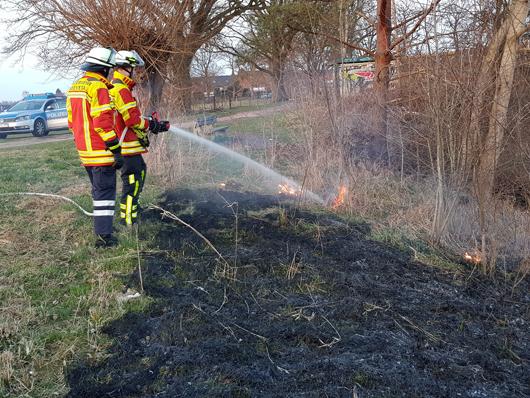 07.04.18 : Feuerwehr Maschen löscht Böschungsbrand in Maschen