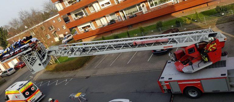 09.04.18 : Verletzter Handwerker wird von Feuerwehr aus dritten Obergeschoss in Maschen gerettet