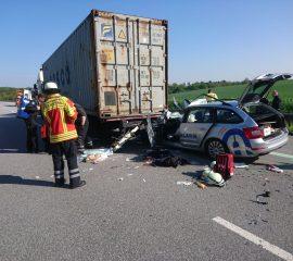 02.05.18 : Auf der A 7 : PKW rast unter Sattelzug – Fahrer wird lebensgefährlich verletzt