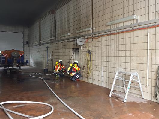 18.05.18 : Großeinsatz der Feuerwehr Seevetal bei Brand einer Maschine auf dem Betriebshof der Betriebsgemeinschaft Straßen des Landkreises Harburg
