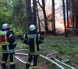 25.05.18 : Wohnhausbrand löst Großeinsatz der Feuerwehr aus – mehrere Gasflaschen zerknallten, eine Feuerwehrfrau leicht verletzt