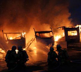 04.06.18 : Großbrand in Meckelfeld zerstört vier Wohnwagen und ein Wohnmobil – Feuerwehr löschte Trümmer