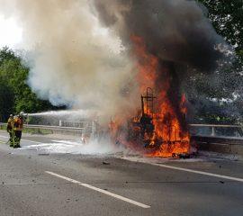 08.06.18 : Wohnmobil brennt auf der BAB A 1 in voller Ausdehnung – drei Feuerwehren löschten den Brand bei Hittfeld