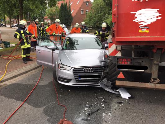 04.06.18 : Verkehrsunfall zwischen PKW und Kiesmulde in Brackel – Fahrerin musste schonend aus Fahrzeug befreit werden