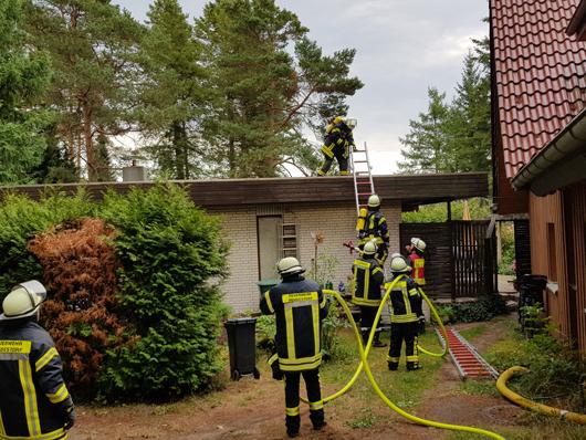 25.07.18 : Zwei Brandeinsätze zeitgleich fordern mehrere Feuerwehren im Landkreis Harburg – Dachstuhl brannte in Bendestorf, in Ashausen brannte ein Schuppen