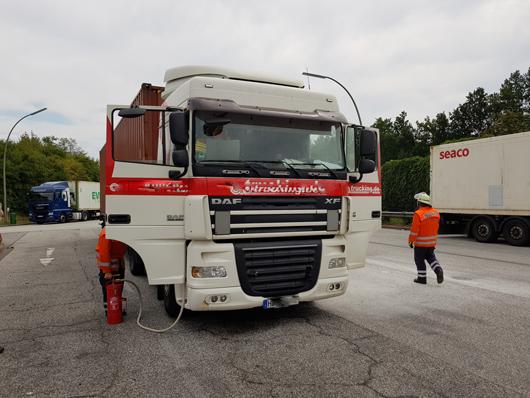 31.07.18 : Feuer in Fahrerkabine eines Sattelzugs verursacht Feuerwehreinsatz auf der A 7 – Feuerwehren Fleestedt und Maschen im Einsatz