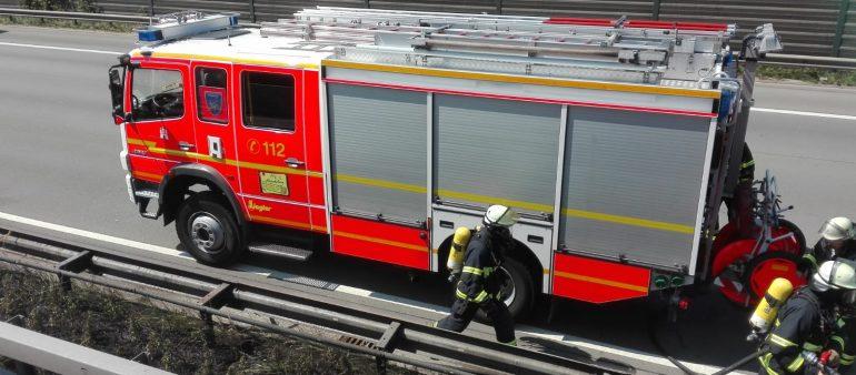 02.08.18 : Feuerwehren Maschen und Hamburg löschen brennenden Mittelstreifen auf der BAB A 1