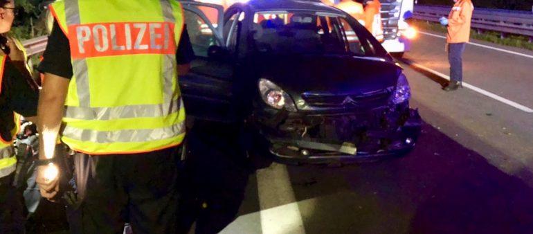 04.08.18 : Lastzug schiebt PKW zusammen – Schwerer Unfall auf der A1 fordert einen Schwerverletzten