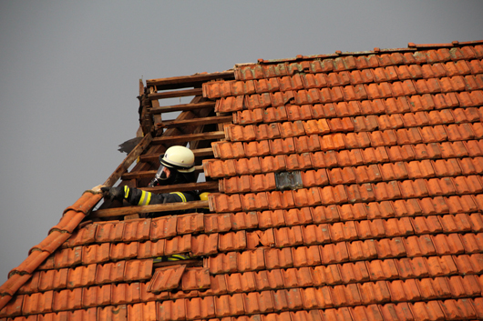 09.08.18 : Schweres Unwetter zieht über den Landkreis Harburg – Blitz schlägt in Wohnhaus ein – unzählige Bäume stürzten um
