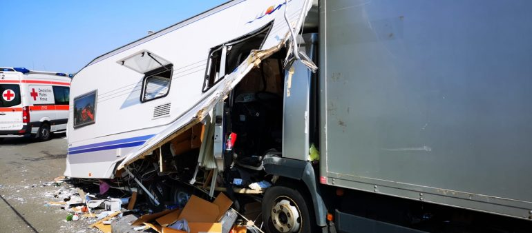 29.08.18 : Feuerwehr Maschen im Einsatz bei Verkehrsunfall auf der A 1 – Sattelzug fährt auf Wohnwagengespann auf – ein Verletzter