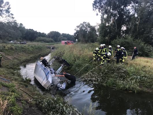 12.08.18 : Vermutlich entwendetes Sportboot zwischen Drage und Lassrönne aufgefunden – Feuerwehr unterstützt Polizeiermittlungen