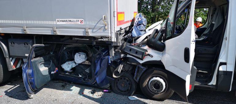 04.09.18 : Wieder ein schwerer Verkehrsunfall auf der A 1 : Zwei Schwerverletzte nach Auffahrunfall zwischen Klein-LKW, PKW und Sattelzug – Großeinsatz für Feuerwehr und Rettungsdienst