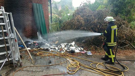 10.09.18 : Mülltonnenbrand in Marxen droht auf Wohnhaus überzugreifen