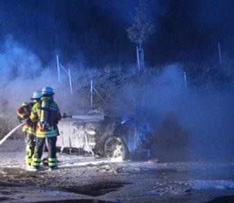 06.11.18 : PKW brannte in Hittfeld in voller Ausdehnung – Feuerwehr löschte