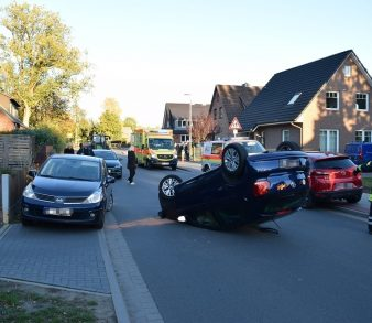 04.11.18 : Verkehrsunfall in Schierhorn – Fahrerin eines VW Polo fährt auf parkenden PKW auf und überschlägt sich