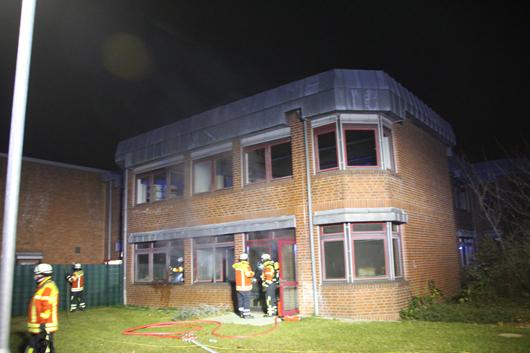 24.11.18 : Zwei Großeinsätze der Feuerwehr Seevetal an Seevetaler Schulen – in Meckelfeld brannte an der Oberschule ein Lehrerzimmer, an der Horster Grundschule brannte eine Mülltonne an Hauswand