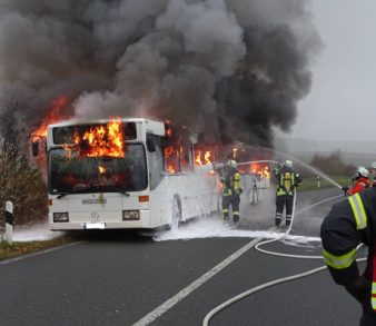 25.11.18 : Gelenkbus brannte auf der Abfahrt Evendorf vollständig aus
