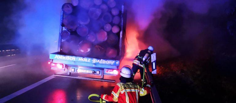 21.12.18 : Reifen an einem Holztransporter brannten auf der A 1 – Feuerwehren der Gemeinde Seevetal löschten den Brand