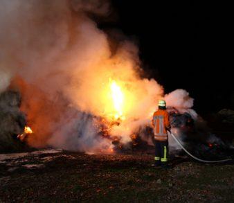 27.11.18 : Großfeuer in Stelle – Strohmiete und Altreifen brannten – vier Feuerwehren im Einsatz