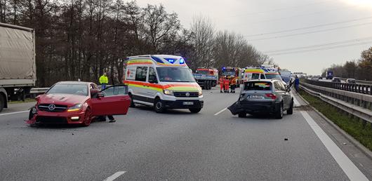 30.11.18 : Verkehrsunfall mit drei beteiligten Fahrzeugen auf der A 1 erfordert Feuerwehr- und Rettungsdiensteinsatz