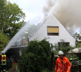 Vier Feuerwehren löschen Dachstuhlbrand in Stelle – eine Person mit Rauchgasvergiftung behandelt