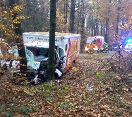 Riesenglück bei schwerem Verkehrsunfall in Leversen – Transporter prallte gegen Baum