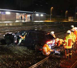21.11.17 : PKW rast am Bahnhof Stelle ins Gleisbett – Fahrer unverletzt – aufwendige Bergung durch die Feuerwehr