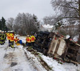 18.01.18 : Schneefall im Landkreis Harburg : Müllwagen stürzt von Deich – Feuerwehren absolvieren Einsätze wegen Schnebruch