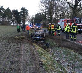 01.02.18 : Glück bei schwerem Verkehrsunfall bei Stelle – Feuerwehr rettet Frau mit leichten Verletzungen aus verunfallten PKW