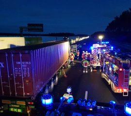 26.02.18 : LKW Unfall auf der A 7 fordert Seevetaler Feuerwehren – Dieseltank riss bei Aufprall auf Mittelschutzplanke